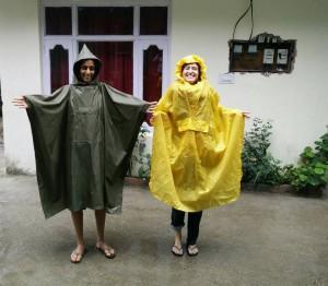 Myrthe und ich im Regencape