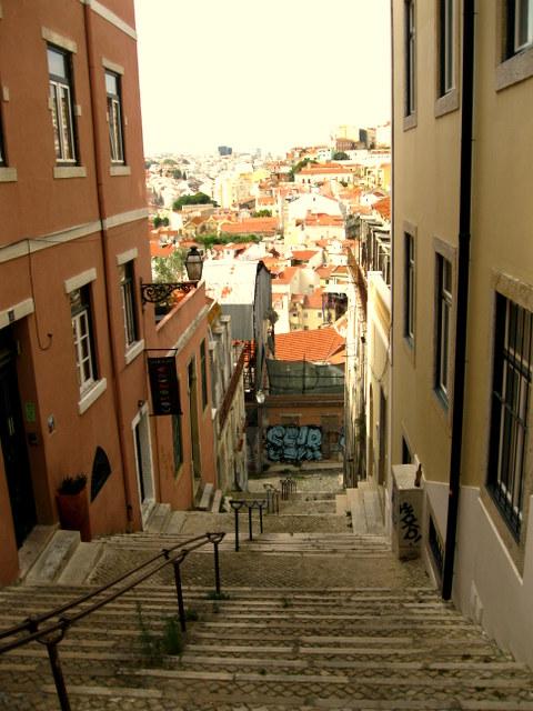 Die engen Gässchen und steilen Treppen sind typisch für Lissabon.