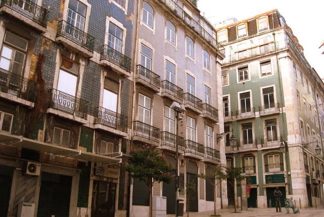 Die bunten Keramikfliesen an den Häuserfassaden sind typisch für Lissabon.