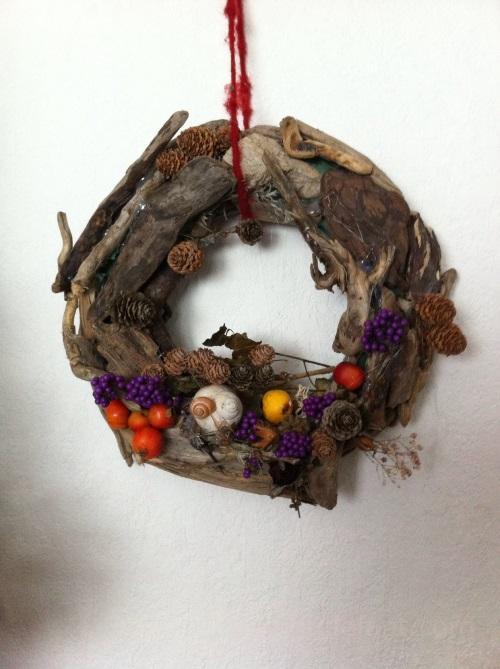 Was für Weihnachten: Der Weihnachtskranz auf Treibholz.