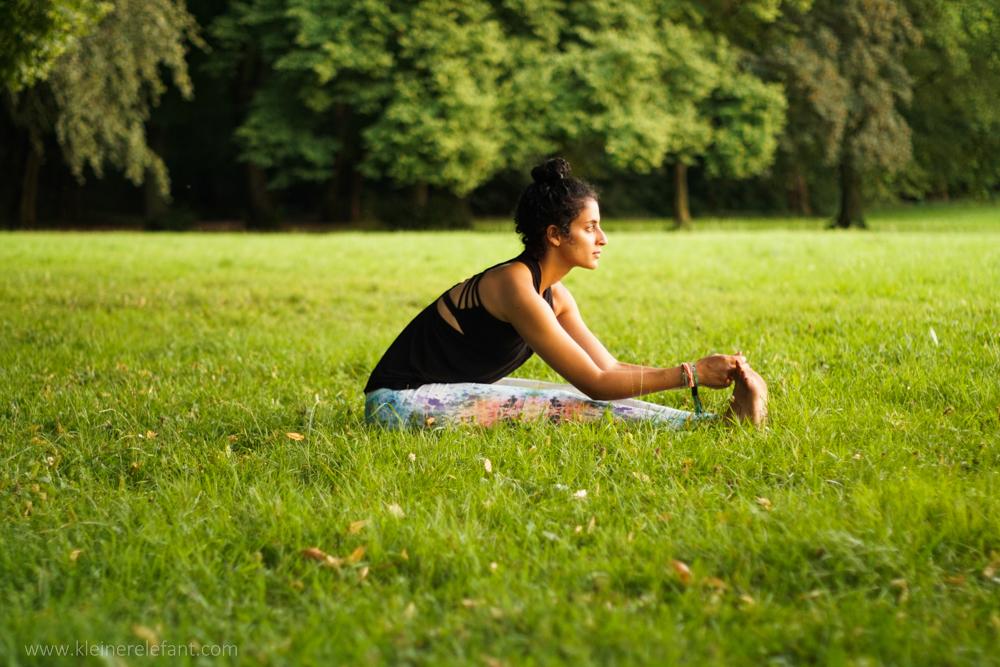 Yoga im Park: Paschimottanasana