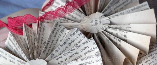 Upcycling Weihnachtsschmuch aus alten Buchseiten.