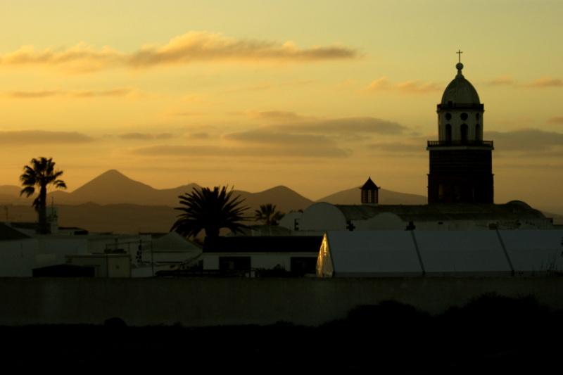 Der Kirchturm von Teguise im Sonnenuntergang.