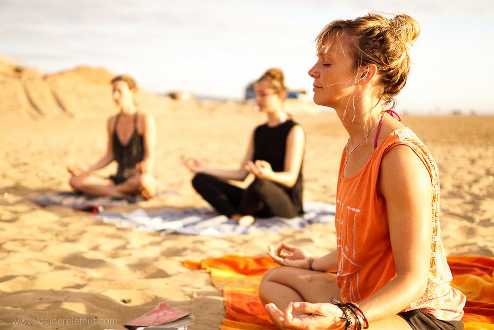 Meditieren am Strand von Taghazout