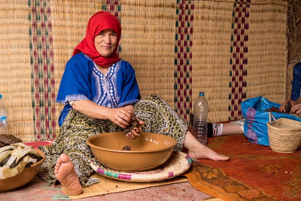 Eine marokkanische Frau presst Öl aus den Früchten des Arganbaums