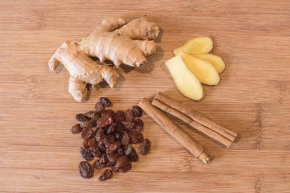 Ingwer, Zimt und Rosinen für ayurvedischen Dinkelgrieß