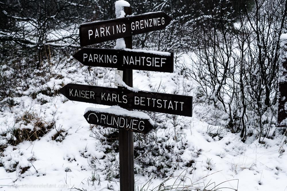Schilder an einer Kreuzung im Hohen Venn im Winter