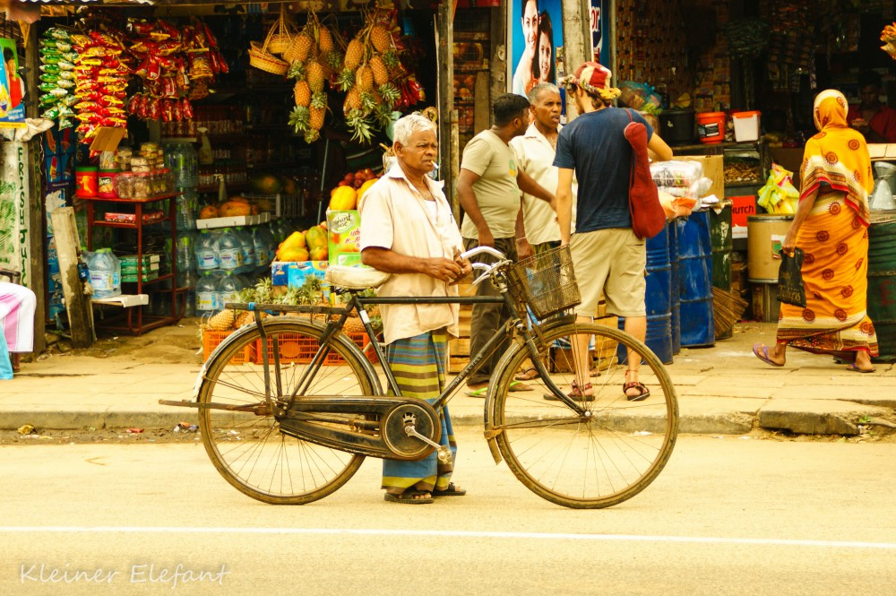 Mann mit Fahrrad in Pottuvil