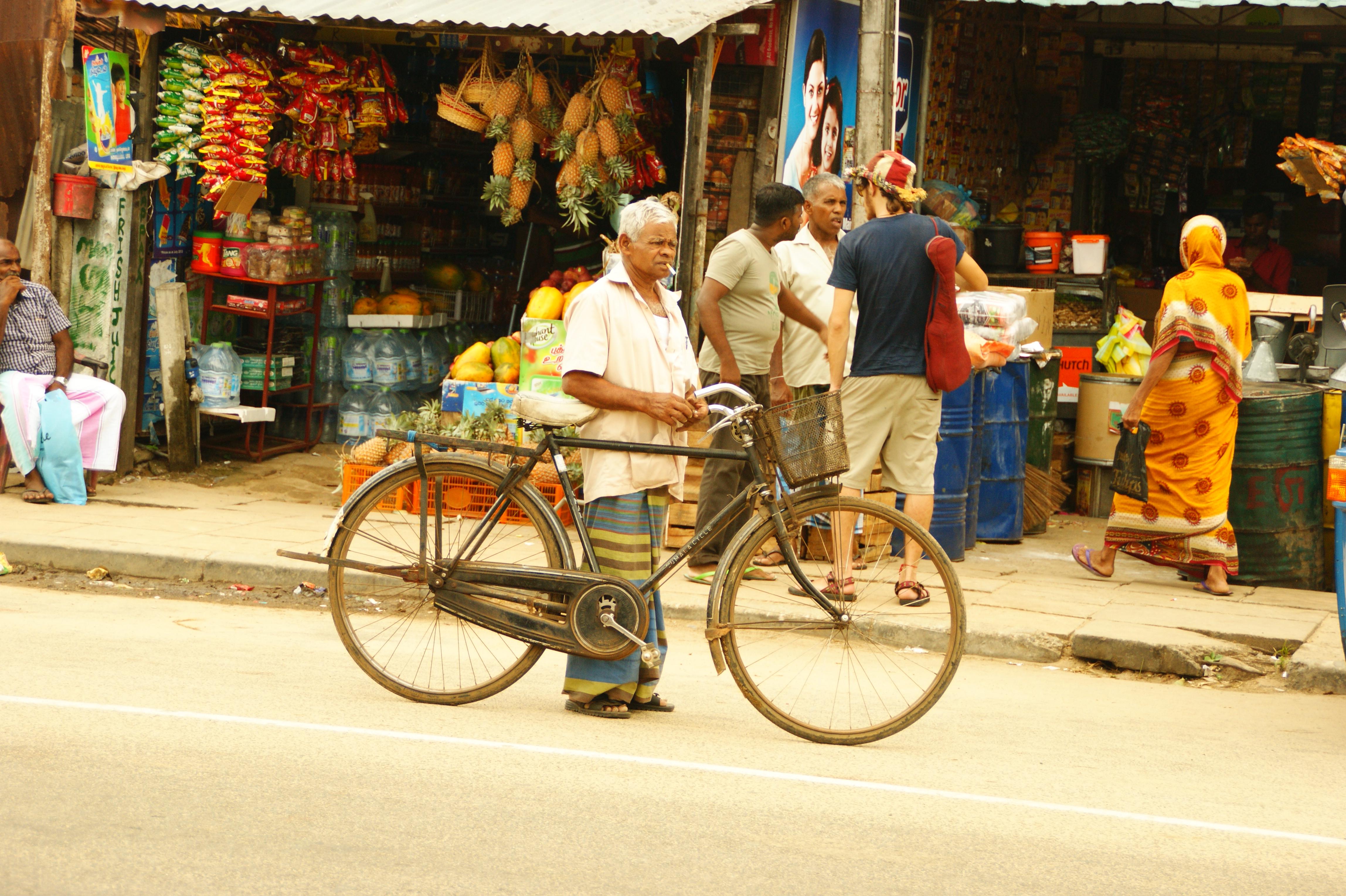 Mann mit Fahrrad Arugam Bay