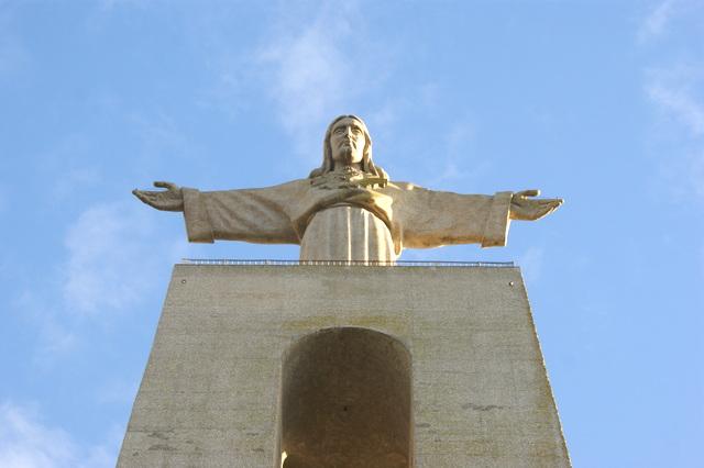 Die Cristo-Rei ist eines der Wahrzeichen von Lissabon.