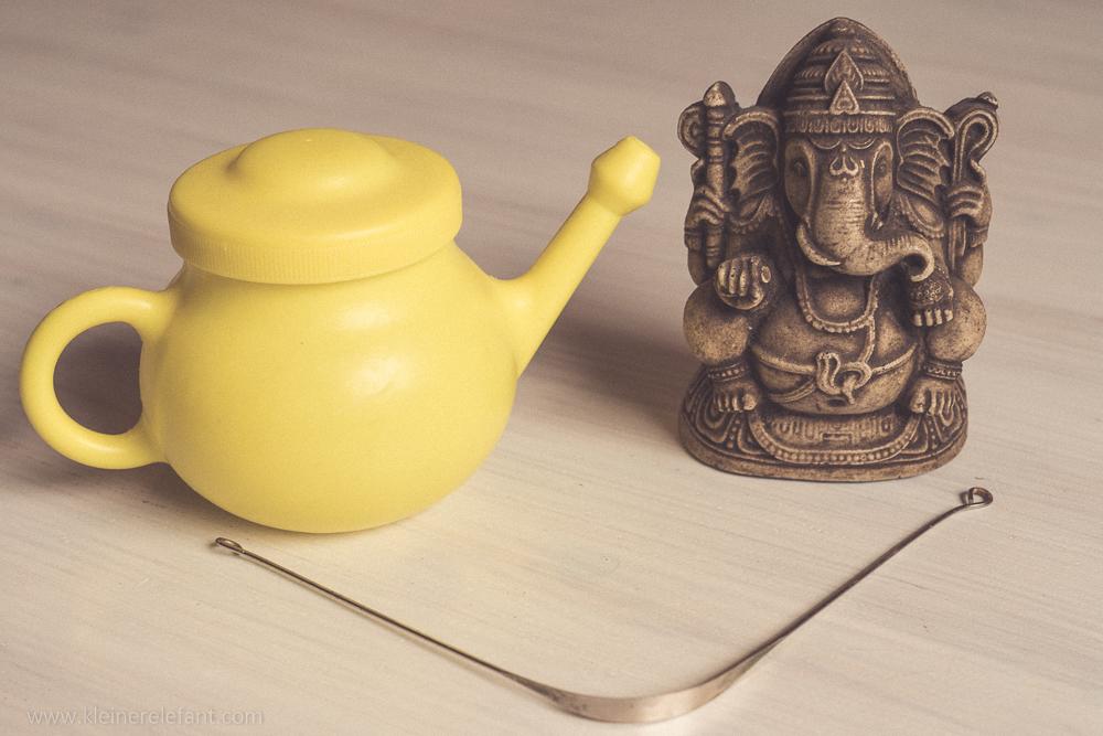 Nasenspülkanne, Zungenschaber und Ganesha Figur