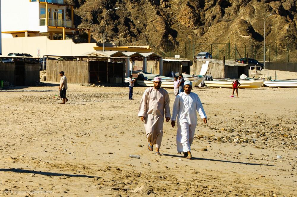Menschen am Strand im Oman
