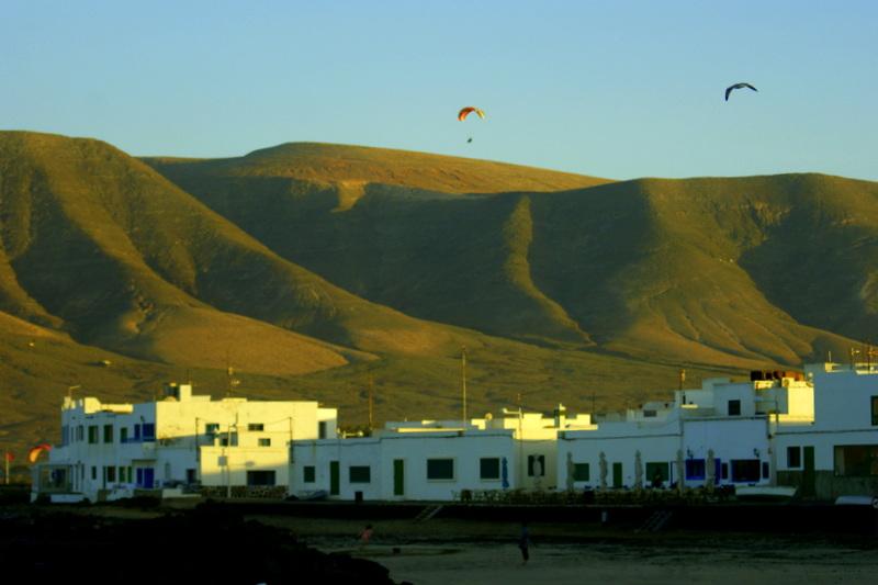 Caleta de Famara mit dem Famara Massiv im Hintergrund.