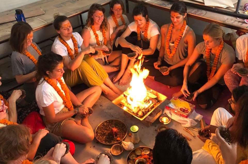 Eröffnungszeremoni Yogalehrer Ausbildung Rishikesh