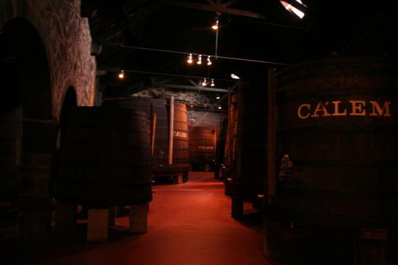 In diesen riesigen Fässern entsteht der Portwein von Calém.