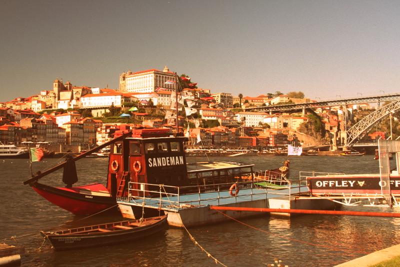 Ein Sandeman Boot legt an, um Touristen auf eine Weinprobe mitzunehmen