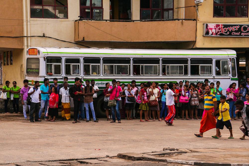 Menschen vor einem Bus in Sri Lanka